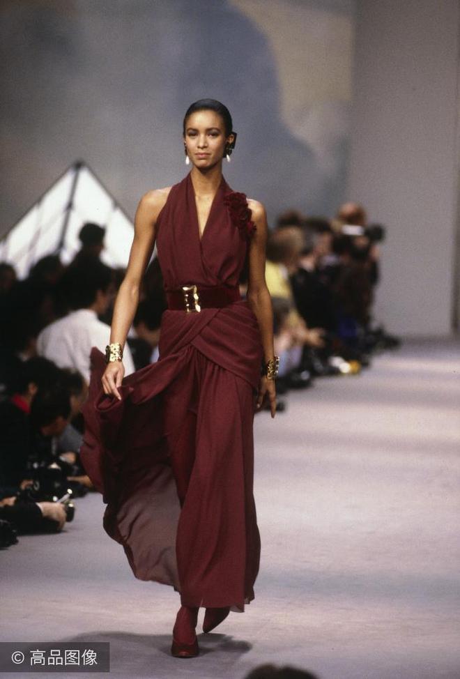 50歲復活Chanel,卡爾·拉格斐80年代的服裝設計現在也不過時