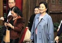64歲林青霞素顏逛街,容貌變化大到認不出,懶理緋聞帶保鏢購物