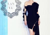 36歲黃聖依亮相活動,身穿金色中長裙華麗貴氣,優雅氣質不輸小花