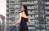 江一燕曝出一組寫真,身穿吊帶黑色高分叉長裙小露性感