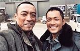 50歲姜皓文近照,年輕時差點沒了老婆演藝界老戲骨如今甜蜜幸福