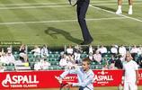 貝克漢姆二子羅密歐穿西服打網球,這畫風有點怪但是小夥子挺帥