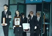 東方神起未能在金鐘鉉出殯當天送行,允浩在演唱會呼喊:鍾鉉啊