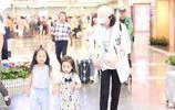 董璇攜女兒現身母女二人顏值高 小酒窩對鏡揮手乖巧可愛