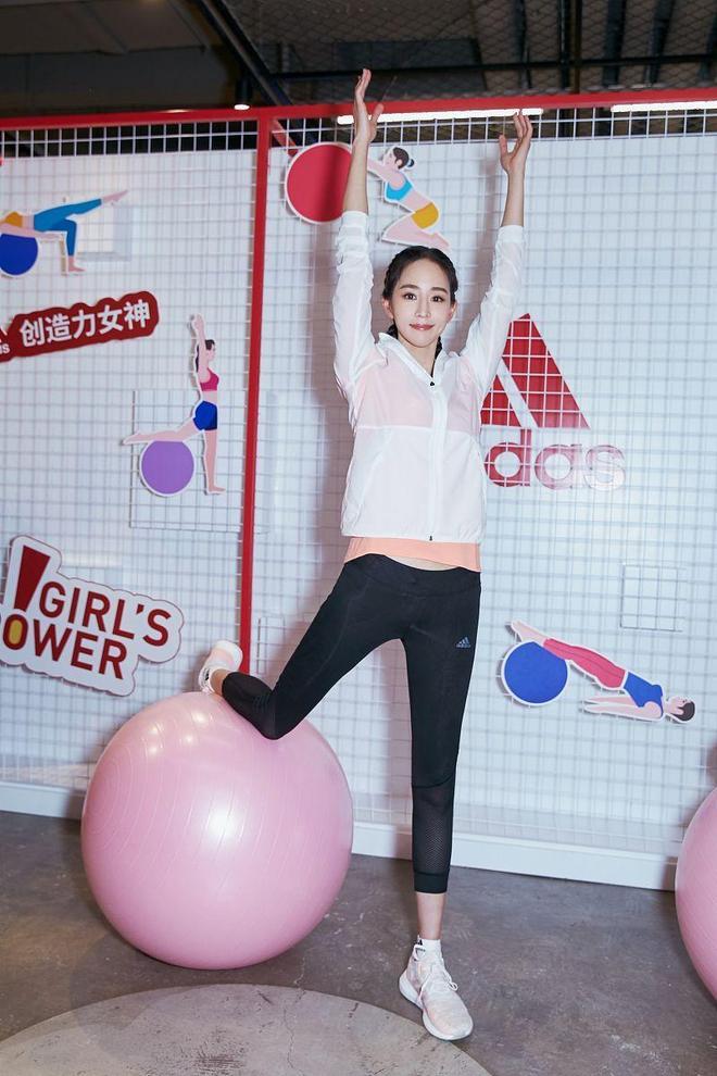 張鈞甯出席活動,穿著休閒運動風穿搭時尚又減齡