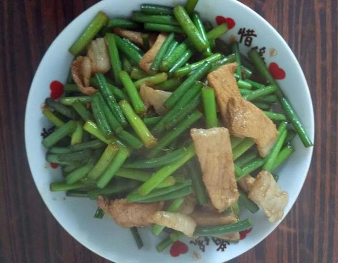 小夥帶女友回東北農村老家,婆婆做了個菜,姑娘自己吃一盤