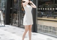 白色高跟鞋再陽光下閃閃發光,這一身裝扮美好的讓人移不開眼