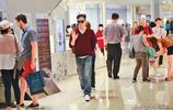 網友偶遇張智霖帶媽媽逛街購物 母子五官神似複製粘貼