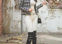 白色打底衫搭配緊身牛仔褲,外穿短款外套下穿長筒皮靴時髦又有範