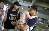 37歲吳尊全家近照,深夜現身機場,網友:neinei媽媽太會躲鏡頭