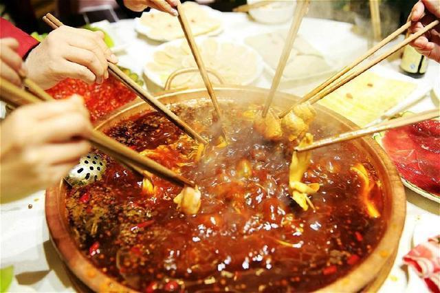 美女吃火鍋怕長胖,要了一盤冰塊這樣做,老闆:一看就是吃貨