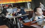 李湘一家三口吃早餐,王詩齡穿睡衣出門,這體型是要和李湘看齊啊