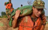 18歲抗洪戰士堤壩上完成成人禮,把家人看哭了,網友:我要嫁軍人