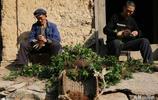 村民全部搬出大山,80歲的老人不願離開,67歲的親家陪他同住