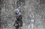 美國東海岸遭遇暴風雪天氣 多地學校停課群眾瘋狂玩雪