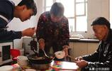 農村近七旬老人為了家人每天五點起床,婚禮吃剩的魚成全家的午飯