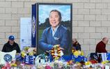 萊斯特城足球俱樂部主席維猜的家人,在皇權球場外進行哀悼