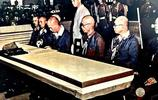 直擊鏡頭下日軍遞交投降書的真實場面:侵略者低下了頭顱