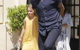 貝克漢姆全家聚餐慶祝父親節,身穿黃色裙子的小七,肉肉的超可愛