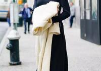 大衣羽絨服裡面穿什麼?一件黑色打底衫全搞定