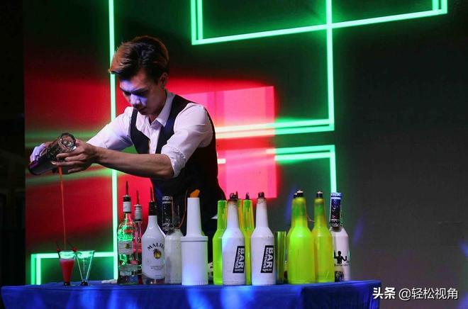 安徽蕪湖:小夥沒上大學靠玩酒瓶賺錢,像他這樣玩得這麼好的不多