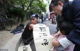 37歲男子因意外失去雙臂,妻子棄他而去,如今靠街頭寫字謀生