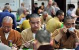 看寺廟僧尼們吃飯