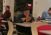 中國小夥用筷子吃披薩,被老外當成笑料發在網上,網友褒貶不一