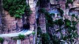 懸崖上掛壁公路,村民用5年時間手工開鑿,如今卻成了旅遊景區?