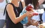 瑞秋麥克亞當斯在當地農貿市場挑選水果,大明星平凡的生活