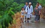 實拍:大山裡的單腿老醫生,走山路看病杵壞柺杖上千根