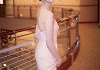 被童瑤美到了,一襲粉色抹胸長裙配丸子頭,優雅減齡少女感爆棚