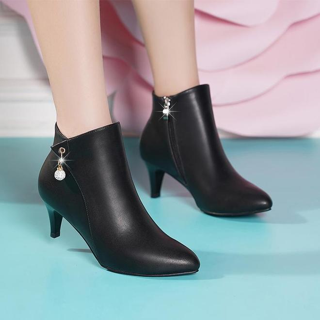 這才是80後女人今冬該穿的女靴,鵝毛材質一雙夠暖,還顯腿長