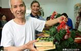江蘇鎮江:二道巷社區志願者在為空巢老人和困難家庭老人包粽子