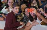 出櫃女星艾倫·佩姬 與密友凱特電影節相遇,不懼流言親密擁抱!