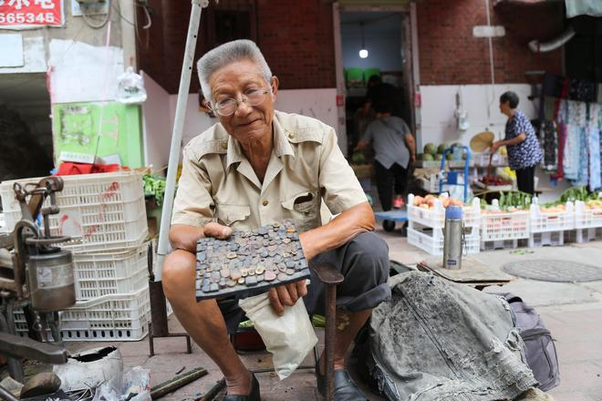 傳統手藝的堅守者:76歲大爺修鞋40年,自己卻從未買過一雙鞋
