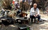 農村86歲老人沒有子女,晚年生活最怕孤獨,卻有辦法解悶