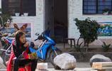 怒江的孩子|圖5的怒族少年腰佩砍刀,騎著的自行車車胎已癟