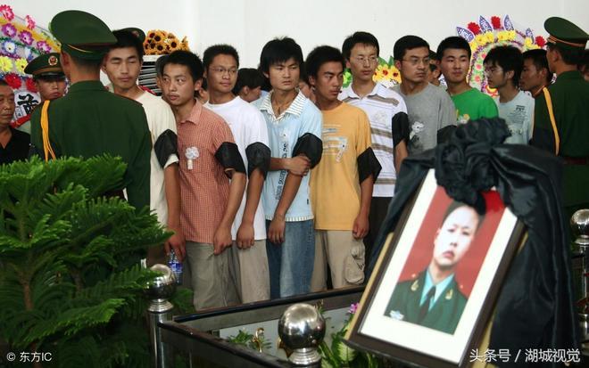 戰士抗洪犧牲,群眾自發為其送行,母親泣不成聲:兒啊,你才19歲