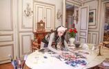 張馨予生活簡樸,客廳空無一物,盤腿坐窗邊喝茶養生範十足
