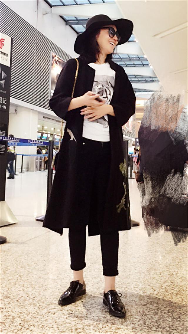 閆妮素顏醜的不能看,在機場一次又一次的打臉!