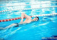 膝蓋傷了後鍛鍊方式改游泳行嗎?記住這個泳姿卻是越遊越傷