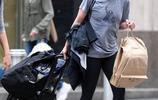 克林頓千金拎大包小包出街 穿搭被吐槽顏值衣品雙掉線!