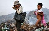 直擊柬埔寨貧民區裡的拾荒者,成為了遊客獵奇景點