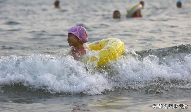 三亞最高氣溫達到33攝氏度,眾多市民遊客前來海邊戲水,樂享春光