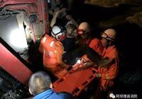 貨車側翻墜入河中 理縣消防緊急救援