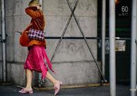30歲倪妮美得太犯規,一襲紅絲絨吊帶裙盡顯優雅氣質,高級感十足