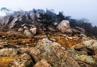 她是東海縣的最高峰 背倚齊魯 襟懷吳楚 名垂青史的千古名山