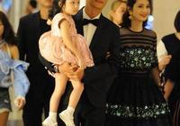 張丹峰洪欣女兒三人現活動,網友:奇怪,洪欣看起來比張丹峰還小