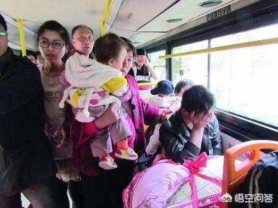 地鐵、公交車上看到揹著孩子的站在旁邊,你會讓座嗎?你也是站著你會勸坐著的人讓座嗎?